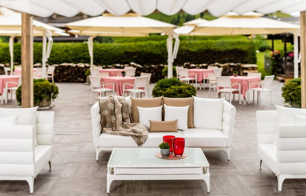 Alpenroyal grand hotel alto adige arredamenti da for Divani trentino alto adige